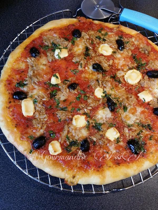 Pizza avec une Nouvelle Pâte Moelleuse et Croustillante