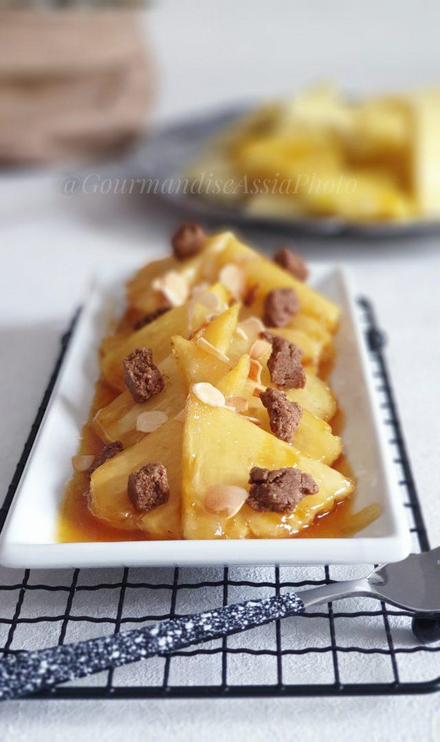 Ananas Caramélisé au Crumble Épicé